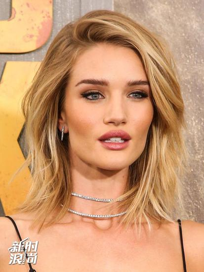 Rosie Huntington-Whiteley华丽的钻石项圈