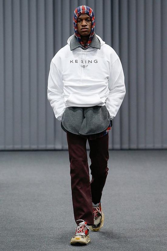 Balenciaga 2017秋冬男装系列中开云(Kering Group)的字样也被印上了衣服 图片来源:Balenciaga