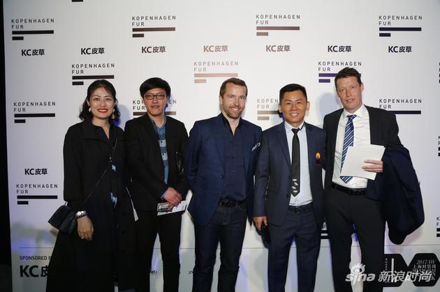 哥本哈根皮草全球运营副总裁Jasper Lauge先生(右一)和中国区总裁崔溢云女士(左一)