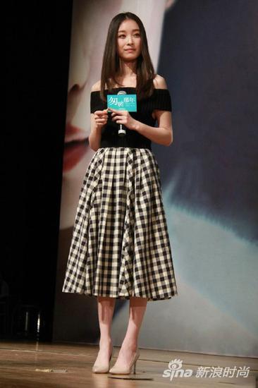 倪妮身穿一字肩格子连衣裙
