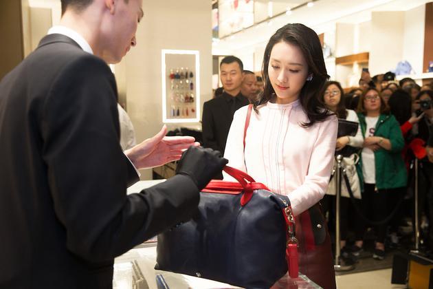 王鸥在Longchamp上海静安嘉里中心旗舰店内