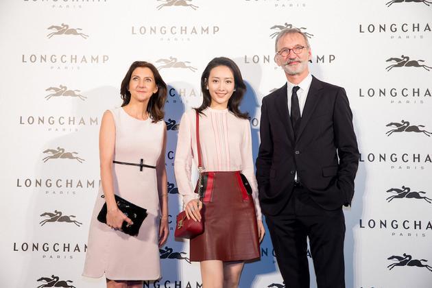 王鸥与Longchamp品牌首席执行官尚·卡士格兰先生、董事总经理兼艺术总监 苏菲·迪拿方庭女士 合影
