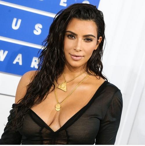 卡戴珊在参加年初VMA颁奖典礼时佩戴老公设计的珠宝系列
