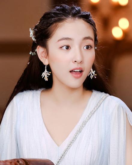 吴倩的妆发造型也特别精灵气质又有少女fu