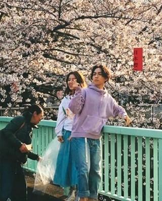 林宥嘉拍婚照樱花树下俏皮比心