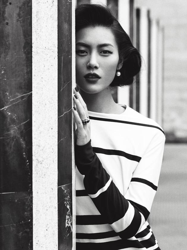 刘雯街头演绎古典风韵 曼妙女郎的巴黎愁绪