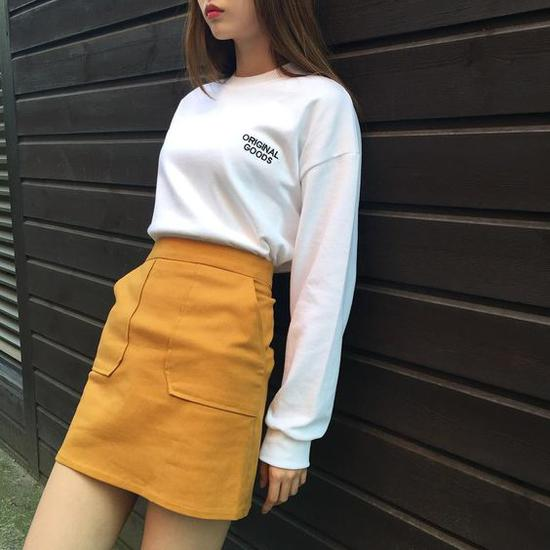 黄色A字裙配白色卫衣