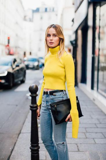 黄色上衣搭配牛仔裤