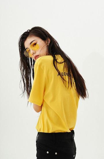 黄色配黑色