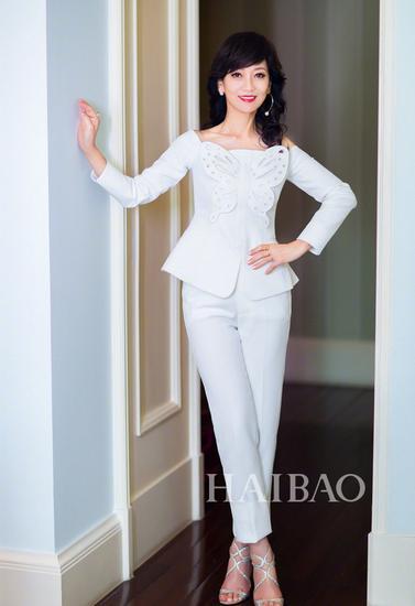 近日赵雅芝在微博上传了一组身穿白色套装的照片