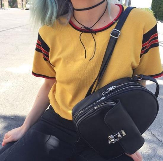 黄色上衣配黑色包包