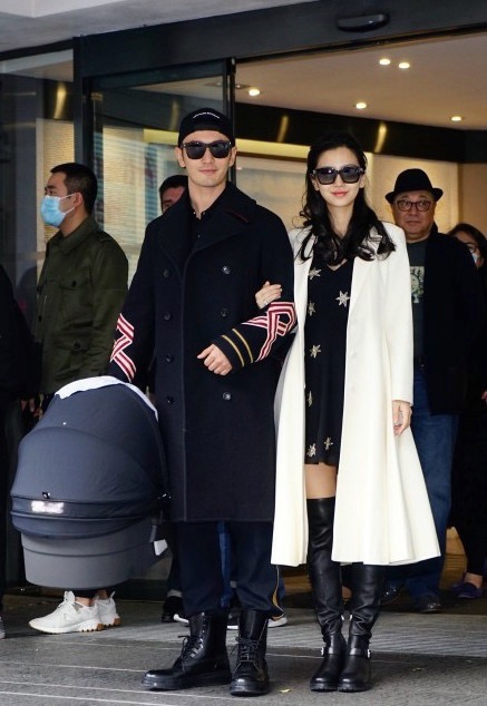 就连今年一月baby产后出院,都身着Dior秋冬系列白色大衣