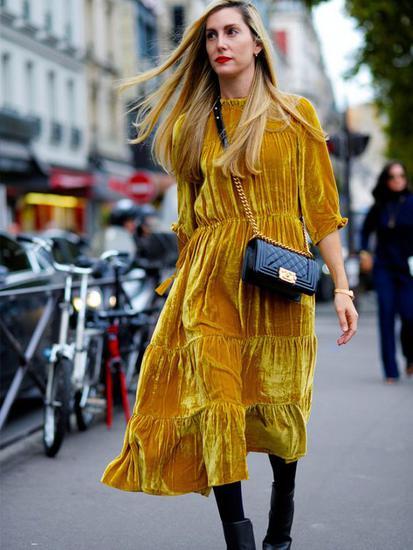 整身穿黄色连衣裙街拍