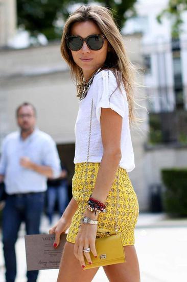 黄色短裙配白色T恤