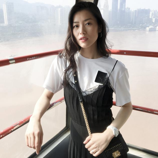 刘雯吊带裙搭配白T恤