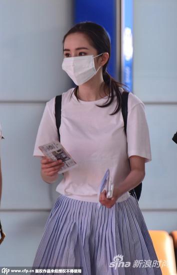 白色T恤搭配蓝色半裙