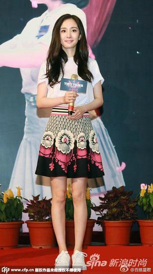 白T恤搭配印花裙清甜又少女