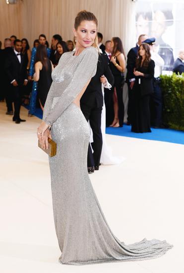 礼服完美凸显了吉赛尔的好身材和翘臀