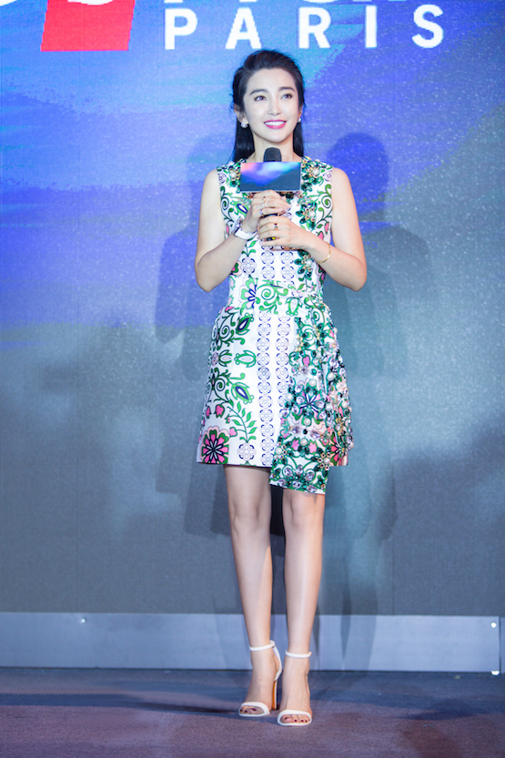 李冰冰身着Tory Burch 2017春夏 Garden Party 系列连衣裙出席某代言活动。