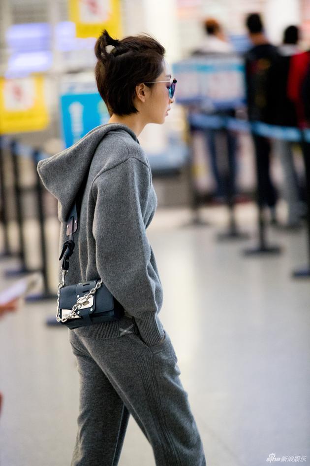 帅一脸 周冬雨黑超配休闲套装超级有型