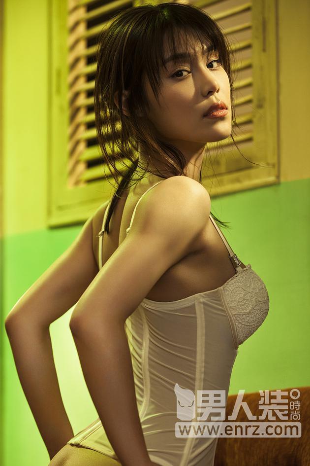 韩丹彤微露翘臀