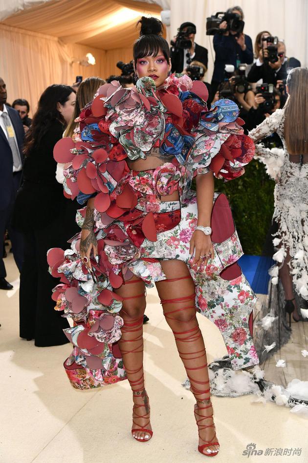 Rihanna穿着Comme des Garcons品牌服装亮相