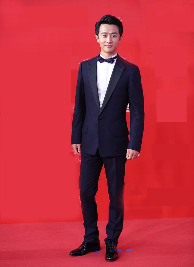 黄轩红毯穿Dior Homme