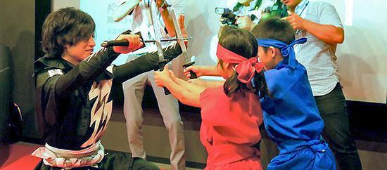 """在不定期开放的忍者学校里教授""""忍术""""与忍者文化也是忍者们的工作的一部分"""