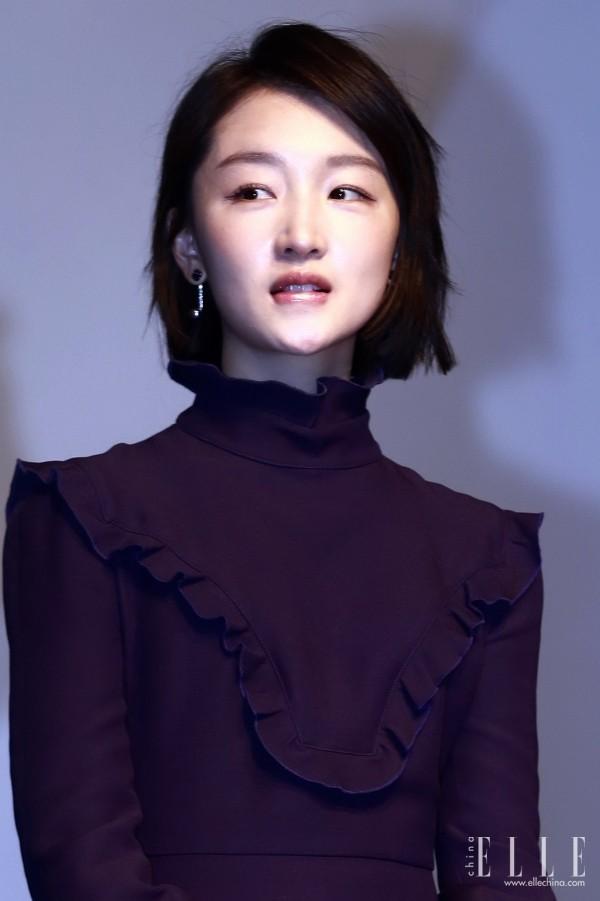 深色连衣裙,搭配一只显眼的钻石耳环