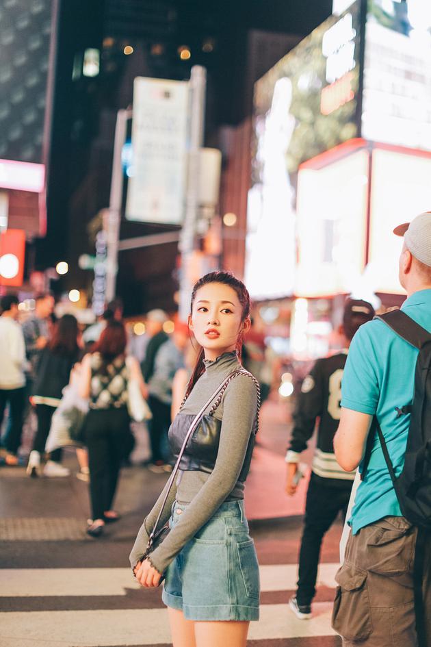 李沁粉丝破千万 夜幕亮相街头显俏皮