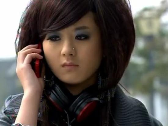 赵丽颖出演某电视剧的杀马特造型
