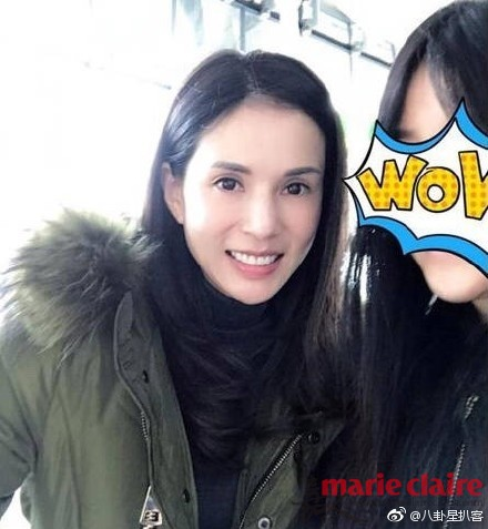"""有粉丝在横店偶遇正在拍新戏的""""姑姑""""李若彤"""