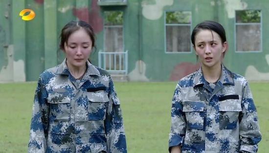 《真正男子汉》中杨幂和佟丽娅素颜在户外暴晒,立马引发发红和过敏