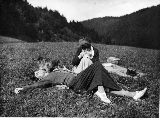 嘉柏丽尔·香奈儿在阳光下舒展双臂 约1915年