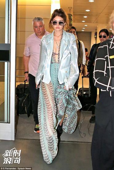 Gigi的浅色透视长裙配夹克