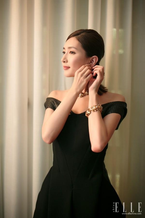而和手环配套的金色花朵状颈链则优雅复古