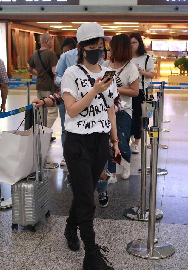 盛夏就要穿T恤 王子文穿字母T恤抢镜机场