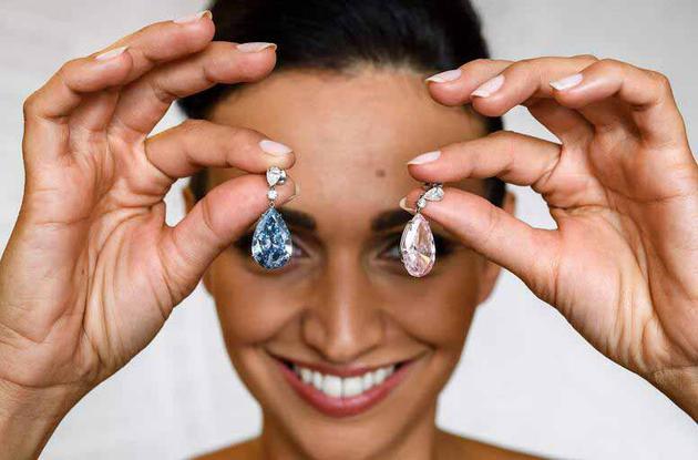 对耳环是分开出售的,两枚耳坠由同一买家拍得
