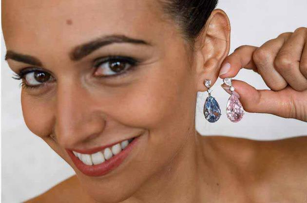 对耳环是分开出售的,两枚耳坠由同一买家拍得。