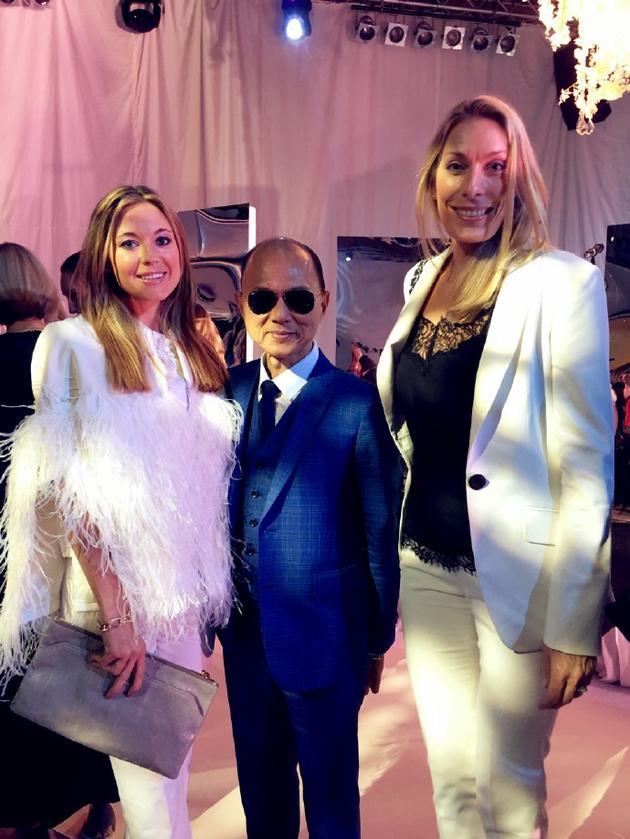 国际著名鞋履品牌Jimmy Choo创始人周仰杰(中)和  LOVA WEDDINGS创始人兼设计师Lovisa Tedestedt(右)