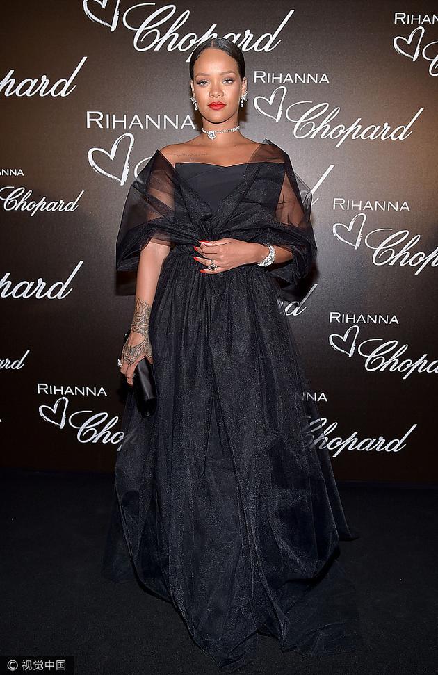 蕾哈娜黑色抹胸纱裙亮相戛纳