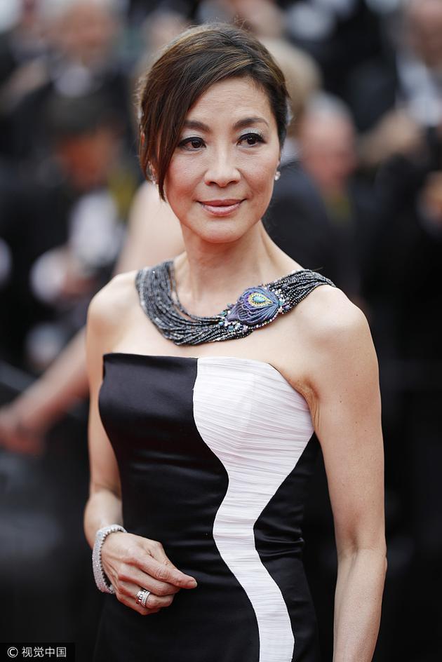 杨紫琼助阵《无爱可诉》首映礼 黑白礼服优雅依旧