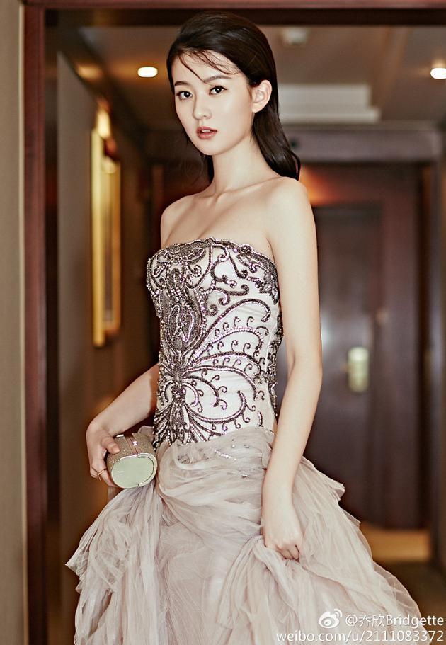 乔欣清丽时尚造型