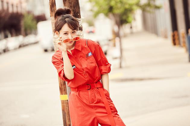 杨紫全程笑容爽朗