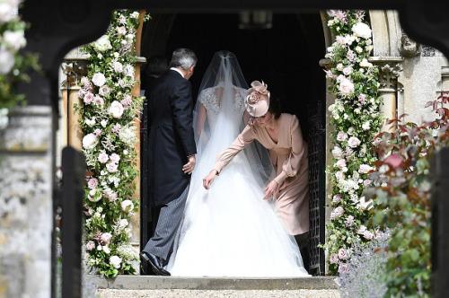 凯特帮妹妹整理婚纱