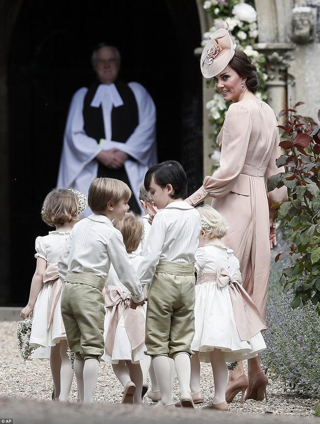 乔治小王子与夏洛特小公主充当花童