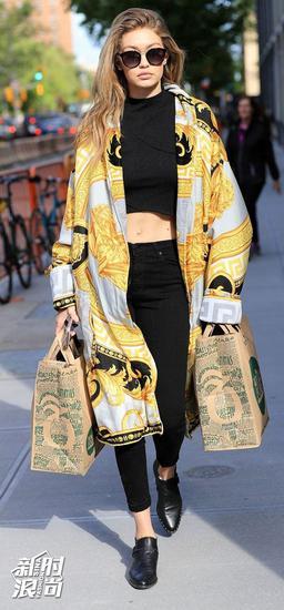 Gigi穿金色外套街拍