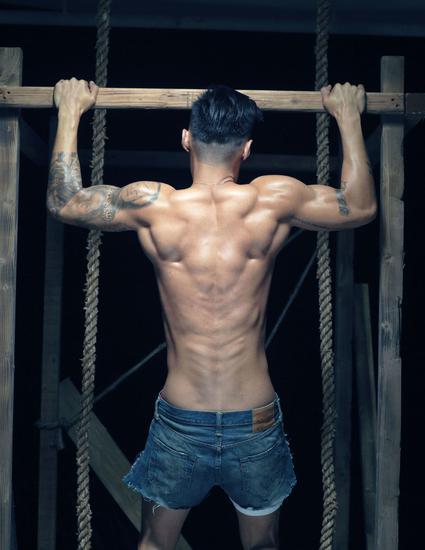 背后除了肌肉和骨架就没有任何东西了……