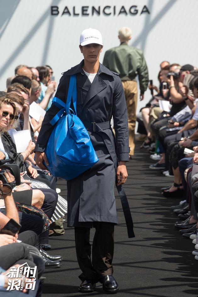Balenciaga 2017春夏男装的蓝色包包
