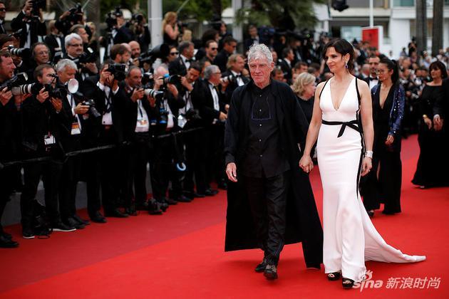 法国影后朱丽叶-比诺什与杜可风挽手表态现身戛纳红毯